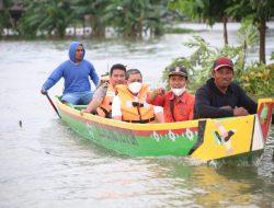Amran Mahmud Datangi Lokasi Banjir di Belawa Naik Perahu Ketinting